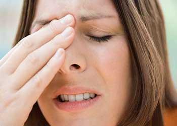 Болит лоб между бровей насморк есть