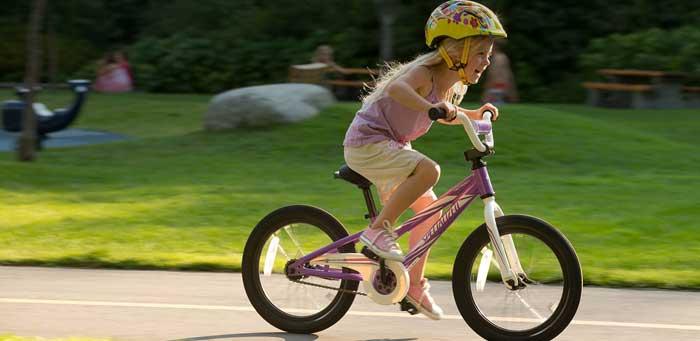 кататься на велосипеде с шлемом