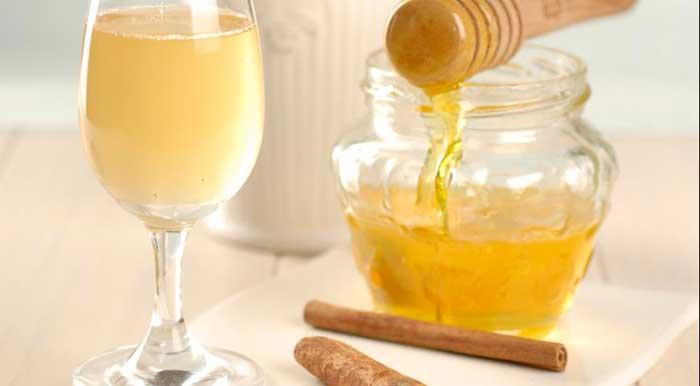 стакан теплой воды с чайной ложкой меда