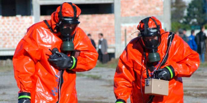 люди в химической защите